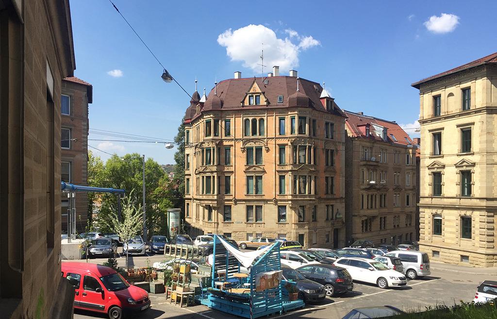 """Auf dem Schützenplatz in Stuttgart wird geparkt – und nun wird ein kleiner Teil davon als """"Parlet"""" dafür genutzt, dass sich Aufenthaltsqualität entwicken kann. (Bild: Wilfried Dechau)"""