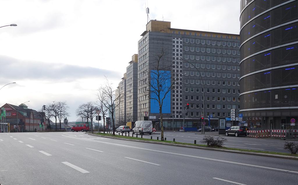 Am Bahnhofsvorplatztaffeln sich die Hochhausscheiben Richtung Hafen (Bild: Wilfried Dechau, 2014)