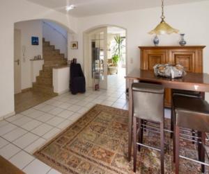 """Türen und mit Naturstein belegte Treppe lassen den Anspruch des ursprünglichen Hauses ahnen. Bei der Bodensanierung in Richtung """"pflegeleicht"""" wurde das Wohnzimmer mit dem Badezimmer verwechslt? (Bild: privat)"""