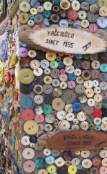 Das Kurzwarengeschäft Yağcioğlu existiert in Nikosia schon seit 1955. Heute muss es sich, direkt an den Sperranalgen der UN-Pufferzone gelegen, zwischen den Angeboten halb- und illegalen Kopien von Markentextilien behaupten. (Bild: Olaf Bartels)