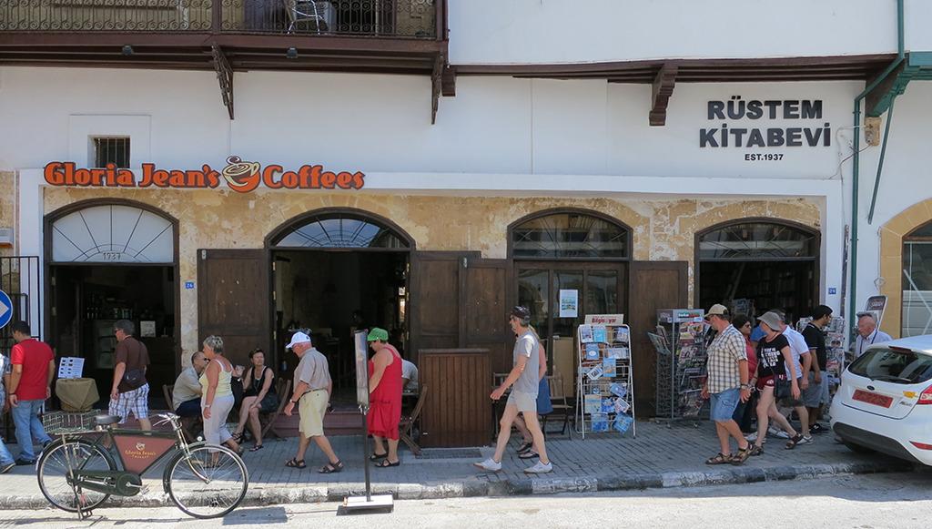 Das Rüstem Kitabevi liegt an der Kyrenia-Straße im Zentrum Nikosias. (Bild: Olaf Bartels)