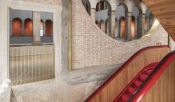 Der rote Faden durchs Haus: die Rolltreppen (Bild: OMA Office)