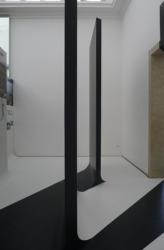 Die Vorderseiten der Tafeln sind schwarzund gehen in schwarze Bodenstreifen über. (Bild: Ursula Baus)