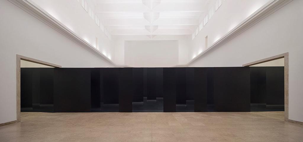 Vom zentralen Blickpunkt aus wirken die Ausstellungstafeln wie eine geschossene Wand. (Bild: Jan Bitter)