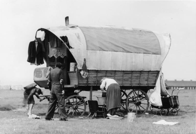 Halle, Sinte Familie mit Wohnwagen [Zigeunerlager]