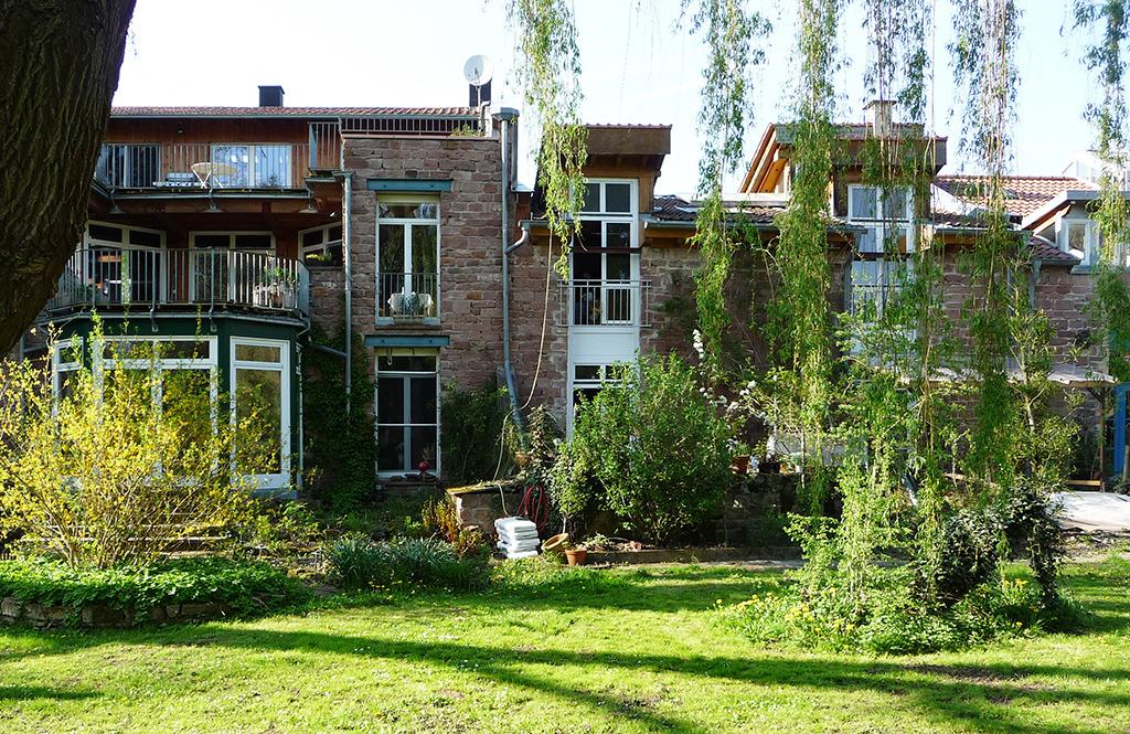 Die neuen Bewohner eignen sich den Altbau pragmatisch und mit Wertschätzung an. (Bild: Wolfgang Bachmann)
