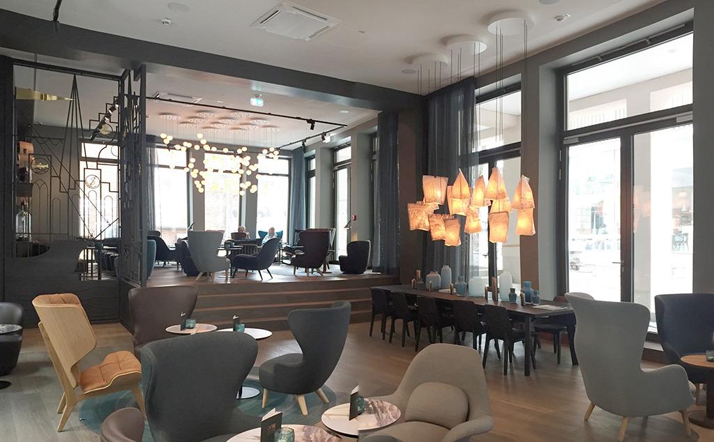 """Im Interieur müht sich das Motel One um ortstypische Motive. Die Absicht, Gästen ein wiedererkennbares """"Hotel-Zuhause"""" zu bieten, dominiert wie in den Zimmern. (Bild: Wilfried Dechau)"""