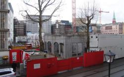 Phasen des Wiederauf- beziehungsweise Neubaus, die moderne Baumaterialien und -weisen erkennen lassen. (Bilder: Christian Holl)