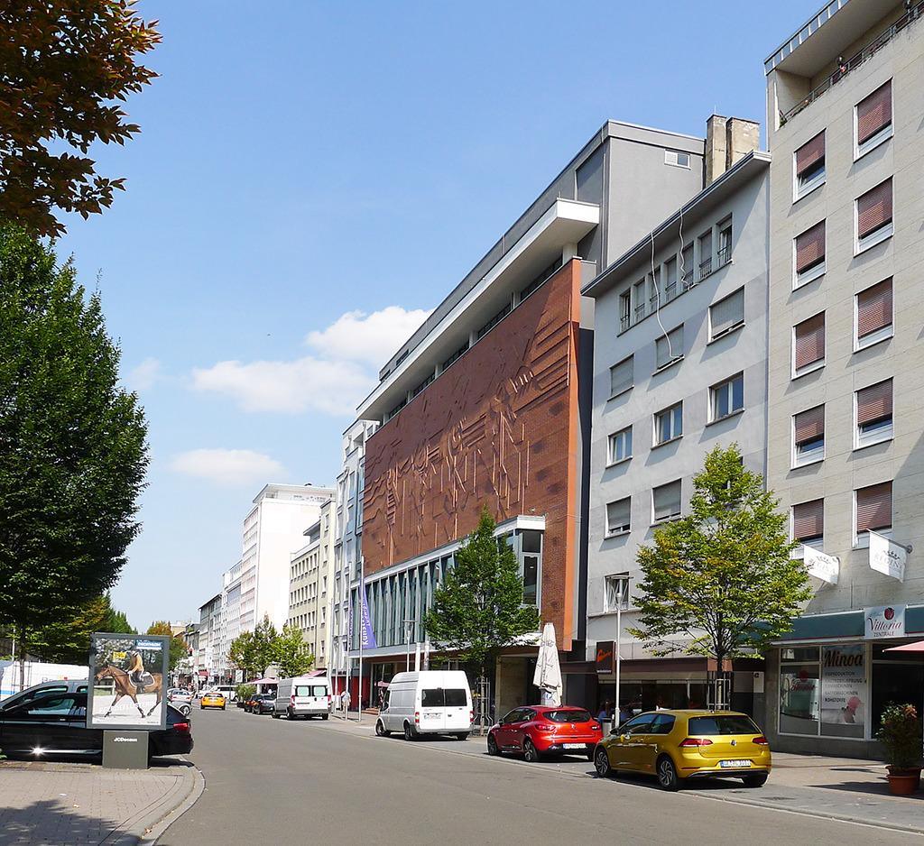 Ein Highlight in der Fassadenreihe der Bismarckstraße: die 1957 von Karl Locher gebaute Stadtbibliothek. Das Ziegelrelief stammt aus der Sanierung 1989. (Bild: Ursula Baus)