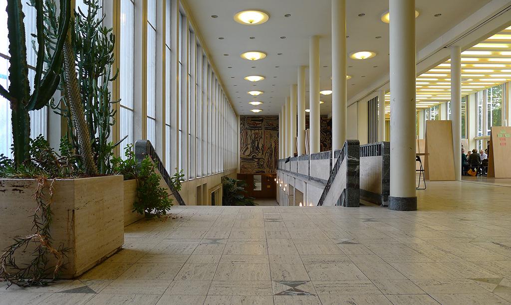 Foyer und Ausstellungsfläche in der ehemaligen französischen Botschaft in Saarbrücken, gebaut von Henri Pingusson (Bild: Ursula Baus, 2014)