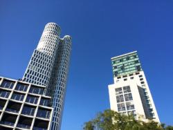 """Neue Hochhaus-Eitelkeiten am Breitscheidplatz: links das knapp 120 m hohe """"Upper West"""" von Christoph Langhof mit Hotel- und Büroetagen, rechts der gleichhohe """"Zoofenster""""-Turm von Christoph Mäckler für das Hotel Waldorf-Astoria (Bild: Ursula Baus)"""