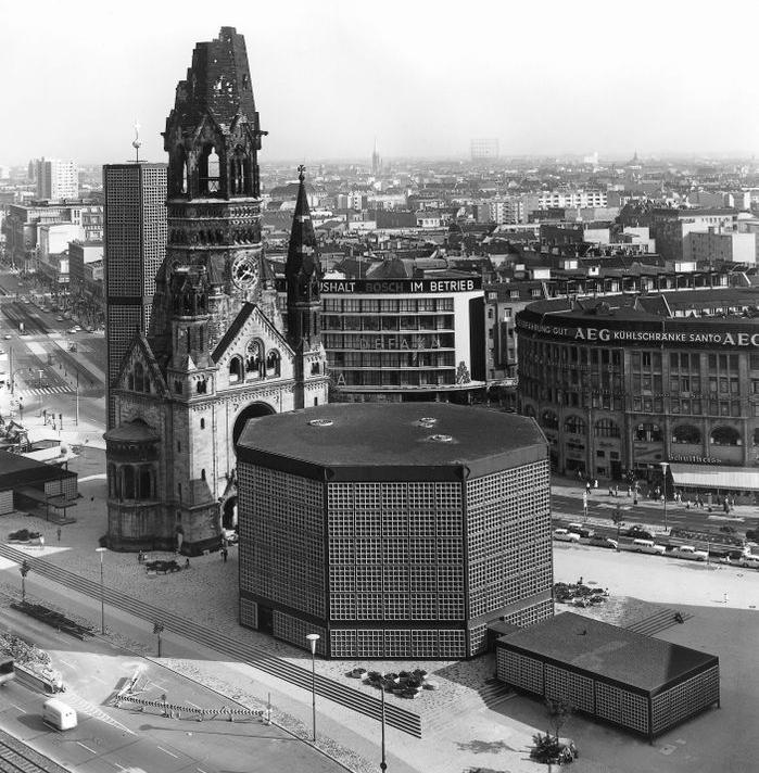 """Die Aufnahme aus den frühen 60er Jahren offenbart den räumlichen Sinn des """"Podiums"""", mit dem die verschiedenen Baukörper zusammengefasst und im Straßenraum verankert waren. (Bild: gedaechtniskirche-berlin.de)"""
