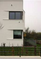 West-Villa: weißer Chique mit dezent montierter Überwachungskamera (Bild: Ursula Baus)