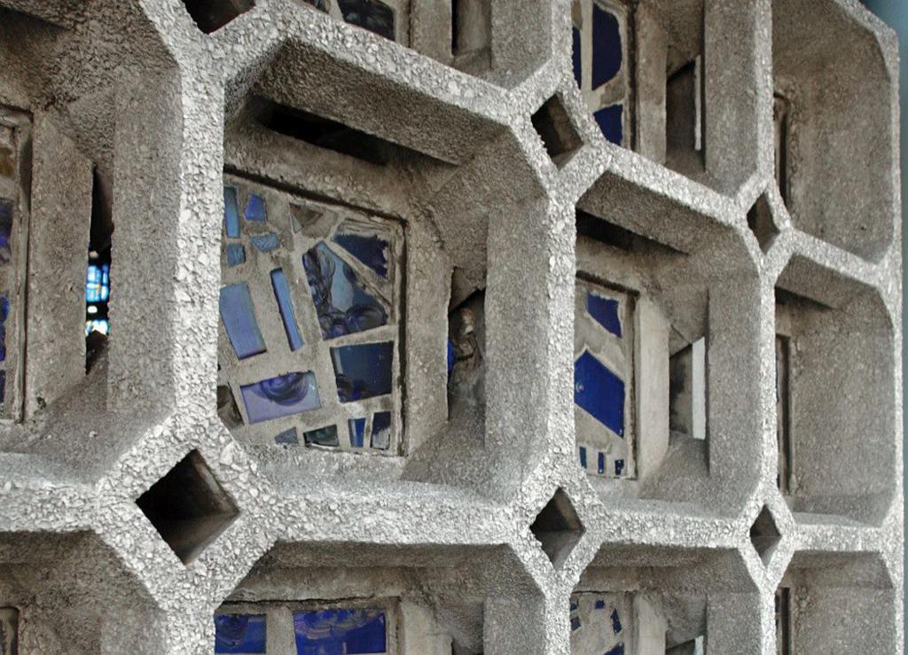 Die komplexe, funktional gut durchdachte Geometrie für die Turmfassade darf nicht darüber hinwegtäuschen, dass die Oberflächen des Betons das eigentliche bautechnische Problem sind. (Bild: Wüstenrot Stiftung)
