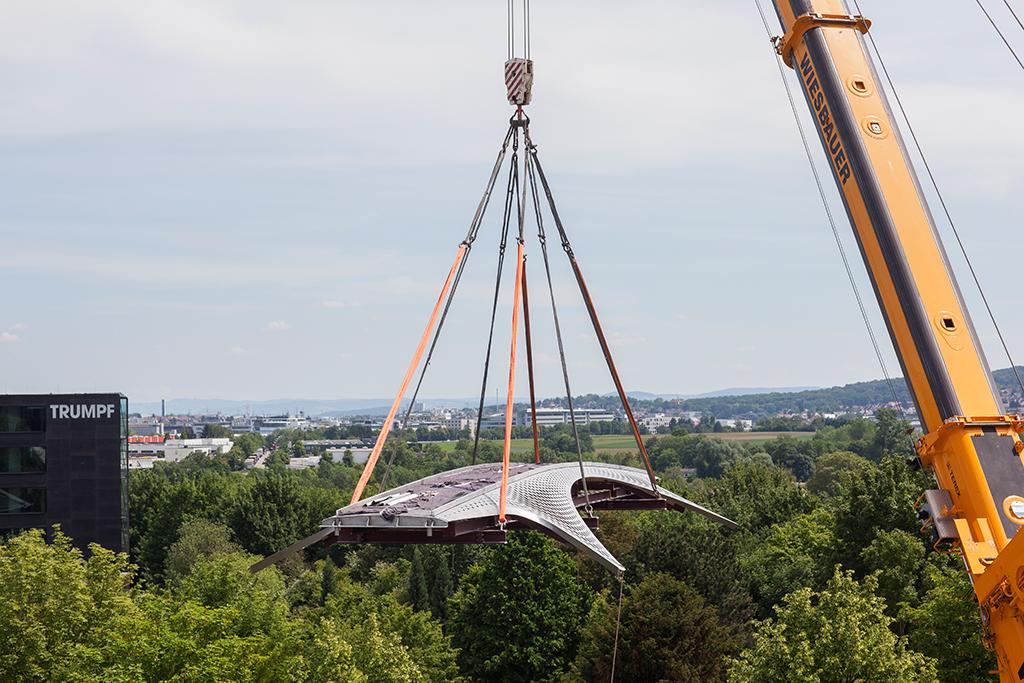 Sieht einfach aus, erfordert aber Präzisionsarbeit: Einhub der Brücke (Bild: Wilfried Dechau)