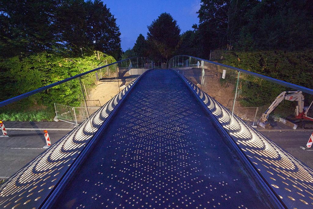 Der transluzente Steg mit künstlicher Beleuchtung ist nur für Mitarbeiter zugänglich. (Bild: Wilfried Dechau)