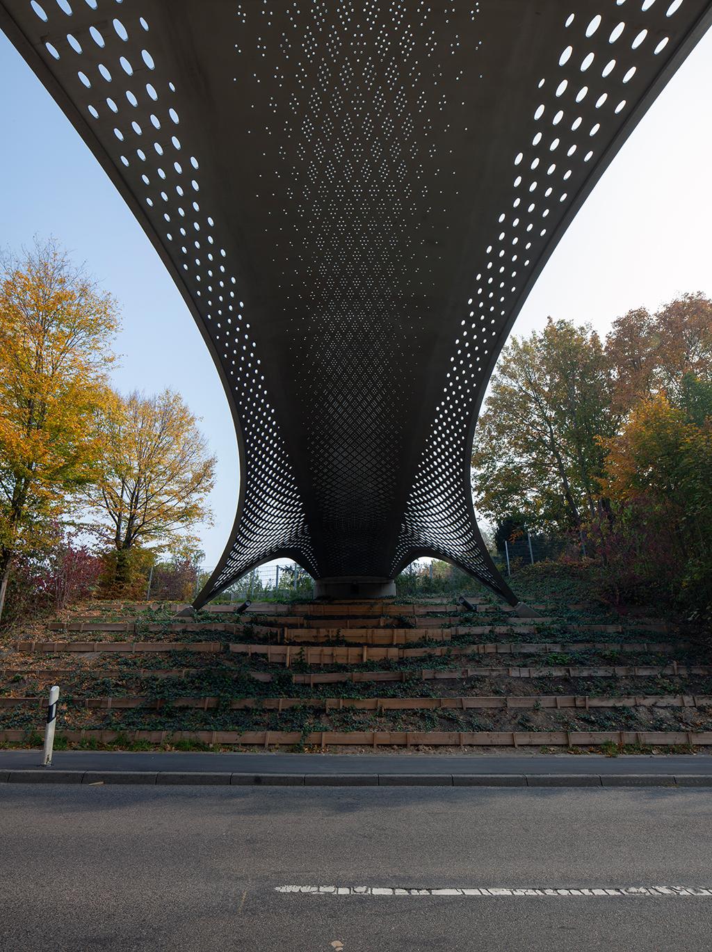 In der Untersicht der Brücke von der Gerlinger Straße aus erschließt sich der transluzente Reiz der Brücke. (Bild: Wilfried Dechau)
