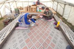 Bearbeitung der Oberflächen. In die Stahllöcher wurden passgenaue Glaspropfen gesetzt. (Bild: Wilfried Dechau)