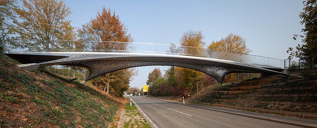 Aus dem Blickwinkel der Autofahrer (auf der Gerlinger Straße) wirkt die Brücke geradezu zart. (Bild: Wilfried Dechau)