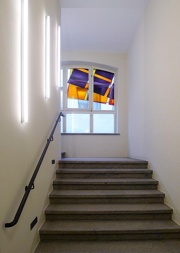 Farbige Fenster im Treppenhaus (Bild: Ursula Baus)