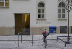 Rückseite des Hotel Silber an der Else Josenhans Straße; die blaue Tafel weist auf die vier im Keller des Hauses gehängten Menschen. (Bild: Ursula Baus)