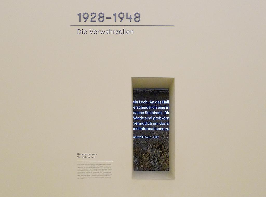 """""""Die Zelle ist ein Loch. An das Halbdunkel gewöhnt, unterscheide ich eine in die Wand eingelassene Steinbank. Die Eisentür ist glatt. Die Wände sind grobkörnig angeworfen, vermutlich, um das Einkratzen von Parolen und Informationen zu verhindern."""" Lina Haag, Eine Hand voll Staub, 1947 (Bild: Ursula Baus)"""