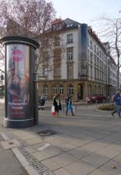 Die mitten auf dem Vorplatz stehende und mit Werbung kaschierte Toilettensäule ist typisch für den kommerzialisierten öffentlichen Raum und taucht in offziellen Fotoserien nicht auf. (Bild: Ursula Baus)