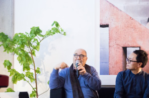 Der Autor mit Anh Lin beim ARCH+ Salon (Bild: David von Becker)