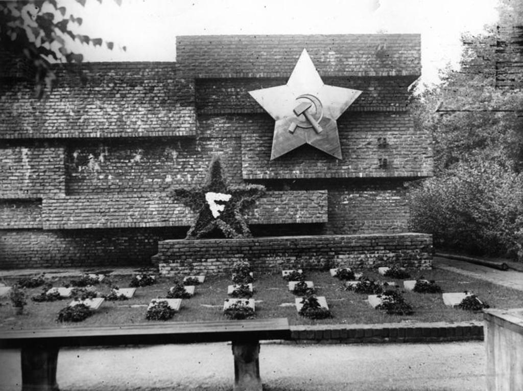 """Das """"Revolutionsdenkmal"""", entworfen von Ludwig Mies van der Rohe (Bild: Bundesarchiv, Bild 183-H29710 / CC-BY-SA 3.0)"""