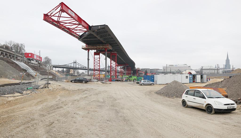Vorschub im Februar 2018: Stück um Stück geht es bei laufendem Bahnbetrieb voran. (Bild: Wilfried Dechau)