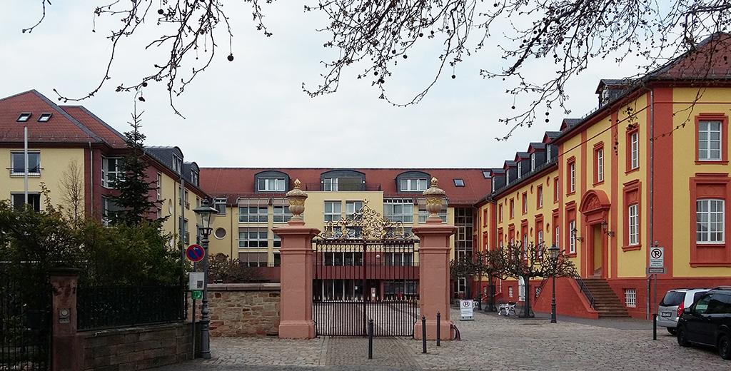 Einst Schloss, jetzt zur ursprünglichen Dreiflügelanlage ergänzt und als Seniorenresidenz genutzt (Bild: Wolfgang Bachmann)