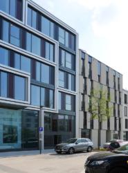 Büro- und Wohnungsbau aus einer Hand; die Erdgeschossnutzung soll dem urbanen Umfeld Rechnung tragen.. (Bild: Ursula Baus)