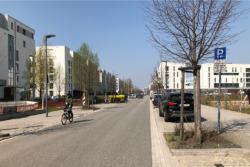 Fahrbahn, Parkplatz-Streifen, Gehweg, Randbebauung – fertig ist der Stadtraum. (Bild: Ursula Baus)