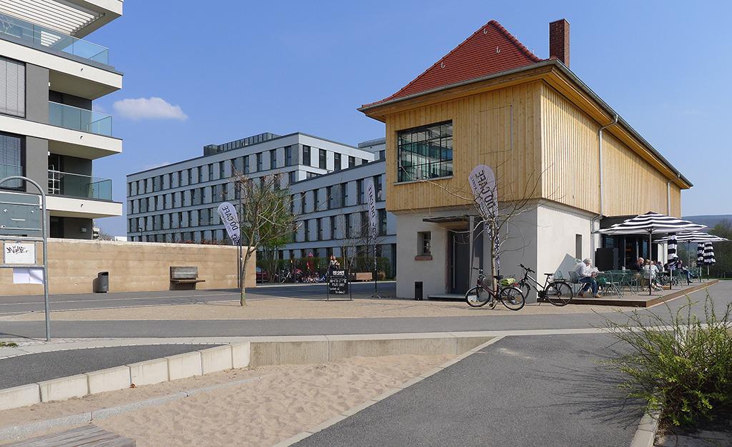 Ganz links im Bild die Balk0one der Stadtvillen, mittig das umgenutzte Stellwerkhaus. (Bild: Ursula Baus)