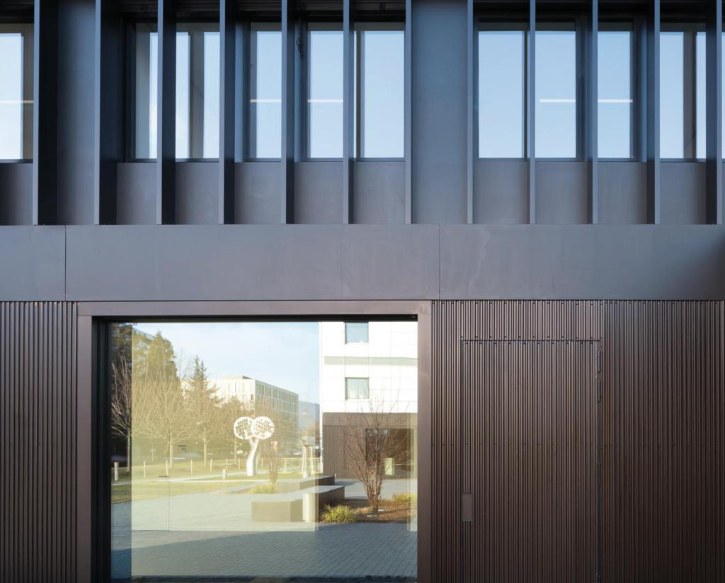 Nobles Erscheinungsbild: Erdgeschoss des Erweiterungsgebäude (Bild: Marcus Ebener)