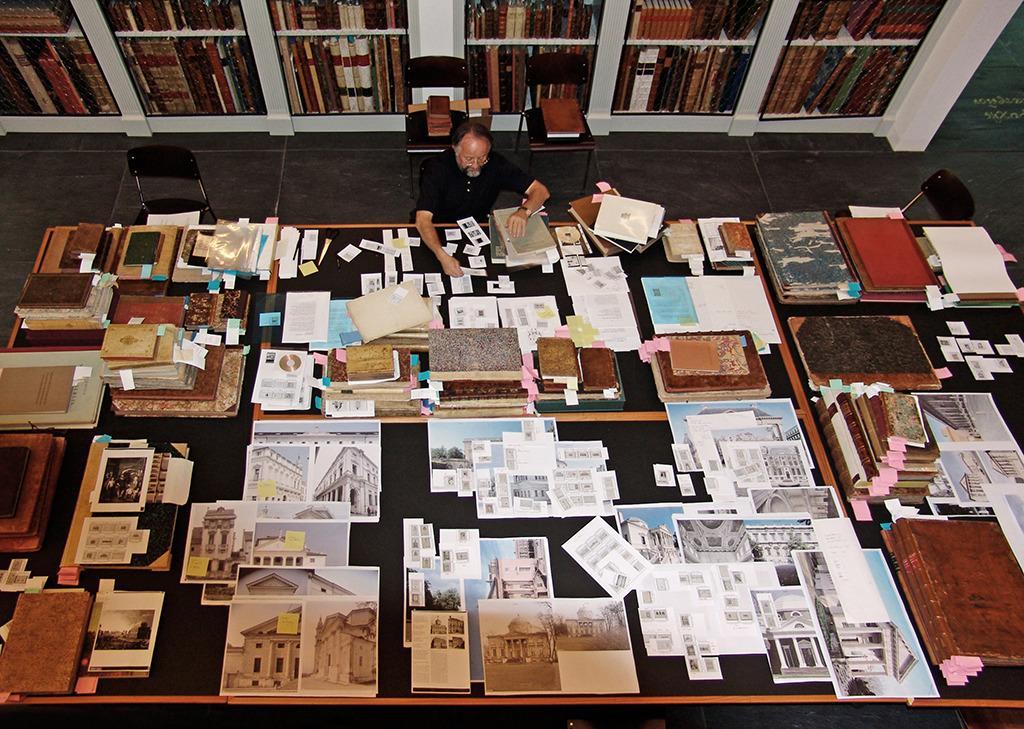 Werner Oechslin seiner Bibliothek in Einsiedeln, 2011 (Bild: Ursula Baus)