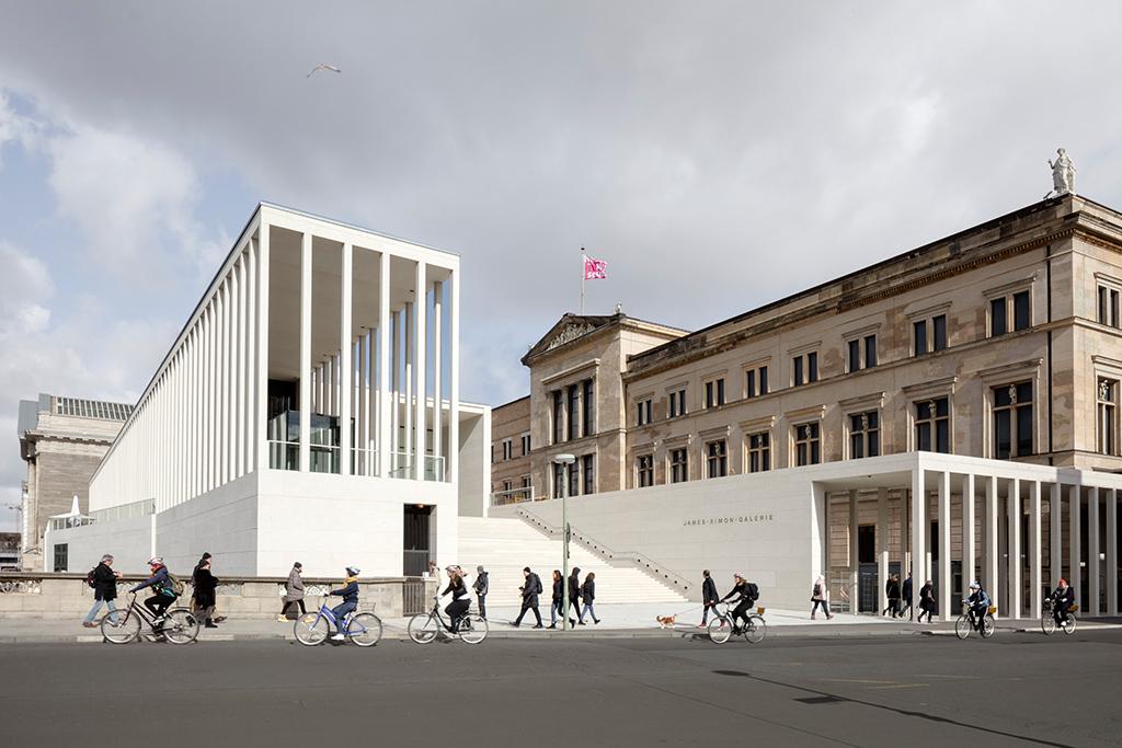 Eingangsseite, rechts die an Stüler anschließenden Kolonnaden (Bild: Ute Zscharnt für David Chipperfield Architects)