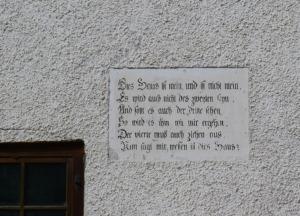 Inschrift eines ländlich gelegenen Hauses (Bild: Ursula Baus)
