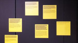 """Pinnwand in der Ausstellung des DAM: Zu den eingesammelten """"Stimmen"""" sollen Post-its – Klebezettel – mit Stimmen der Besucher kommen. (Bild: Ursula Baus)"""