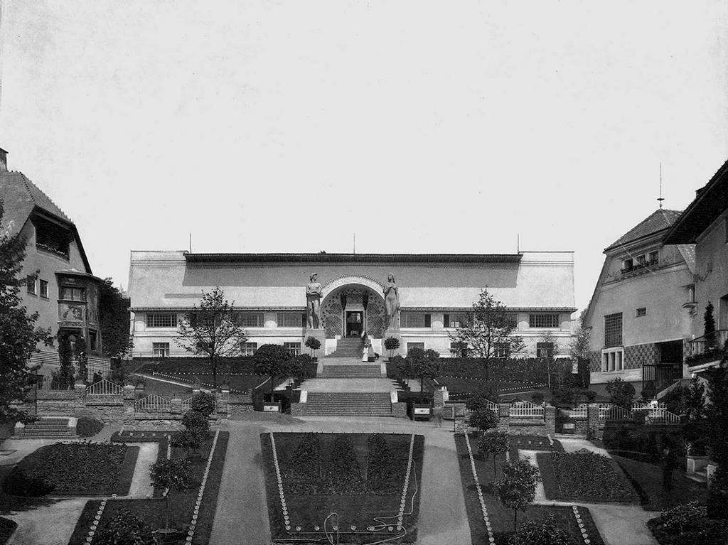 Bauausstellung in Darmstadt, 1901. V. l .n. r.: Haus Christiansen, Ernst-Ludwig-Haus sowie Haus Olbrich, historische Postkarte von 1901 (Bild: Institut Mathildenhöhe, Städtische Kunstsammlung Darmstadt)