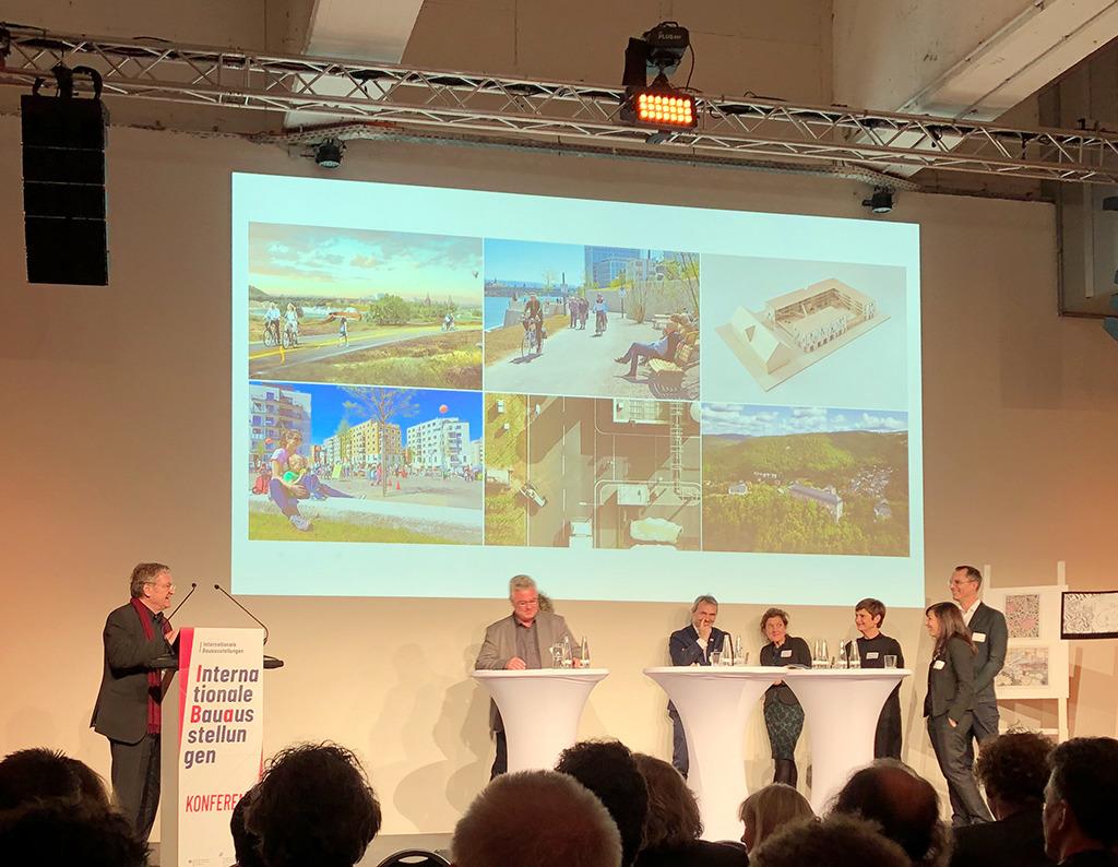 Werner Durth und die Repräsentanten der derzeit 6 IBAs (Bild: Ursula Baus