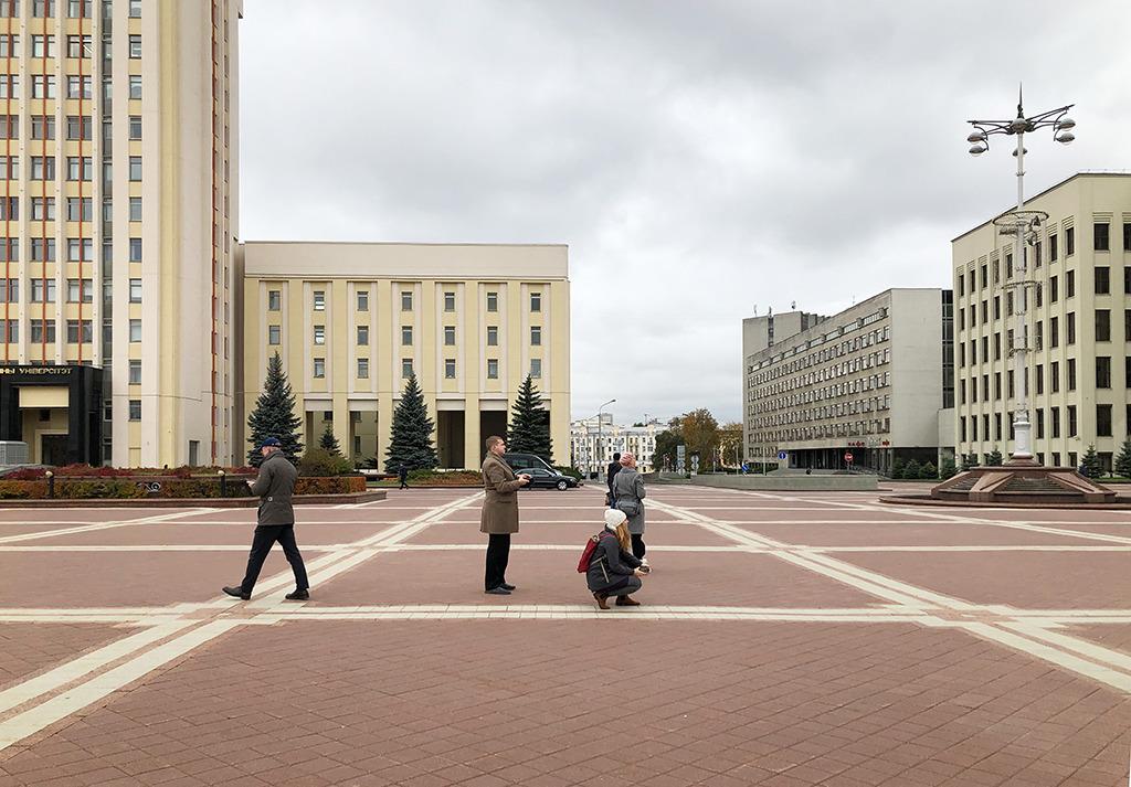 Der Unabhängigskeitsplatz in Minsk: Oben steht eine stattliche Lenin-Skulptur, eine Shopping-Mall wurde hier ins Untergeschoss gebaut. (Bild: Ursula Baus)