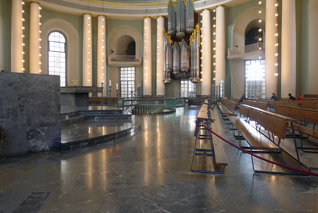 Der Innenraum der Hedwigskathedrale während eines mittäglichen, von Musik begleiteteten Gebets (Bild: Ursula Baus, 2017)