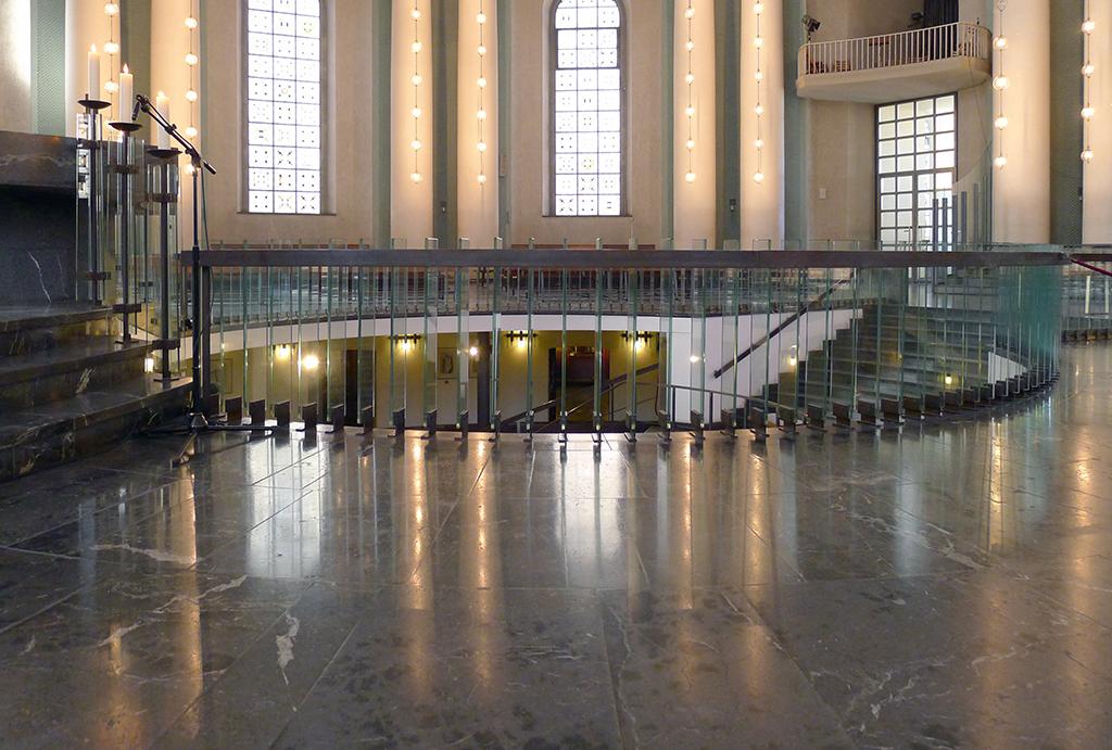 Das außerordentlich transparente Geländer um die Öffnung zum Untergeschoss betont die Zusammengehörigkeit der Etagen. (Bild: Ursula Baus, 2017)