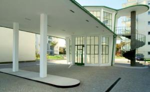 Tankstelle mit Café, Autohaus und Wartungshallen der Firma Borgward, Freiburg; 1951 nach Entwürfen des Architekten Wilhelm Schelkes gebaut, 1983 als Kulturdenkmal erkannt. (Bild: Jörg Widmaier, 2011)