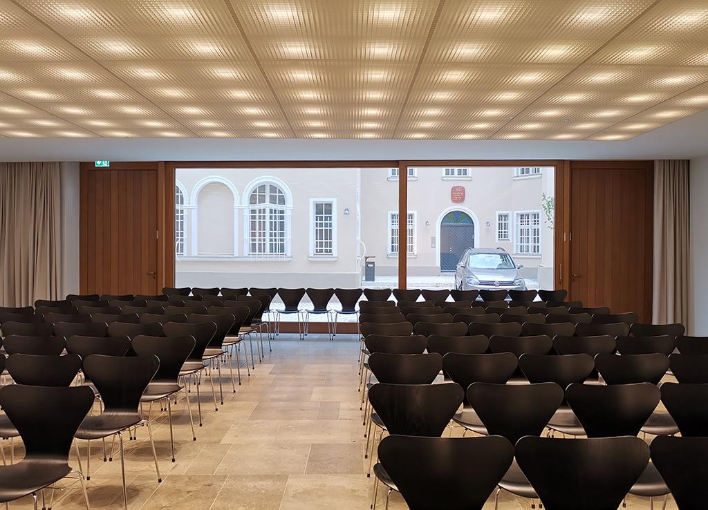 Gemeindesaal im Neubau. Blick in den Innenhof und zum gegenüberliegenden alten Gemeindehaus (Bild: Wilfried Dechau)