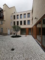 Innenhof. Links Altbau, rechts Neubau. Geradeaus: Verbindungsgänge zwischen Neu- und Altbau (Bild: Wilfried Dechau)
