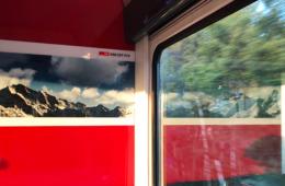 Motivim Schweizer Speisewagen: das Alpenpanorama; draußen die norddeutsche Tiefebene (Bild: Ursula Baus