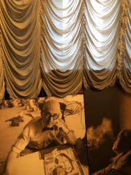 In der Bibliothek der Architekturfakultät etwas abseits positioniert: große Abbildungen von Corbu und Mies (Bild: Ursula Baus)