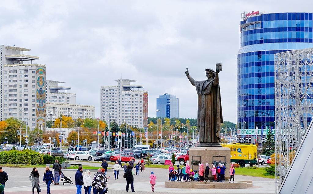 Im östlichen Stadtteil entstand die neue Bibliothek, rund um den Vorplatz wachsen Wohnquartiere. (Bild: Milena Kula)